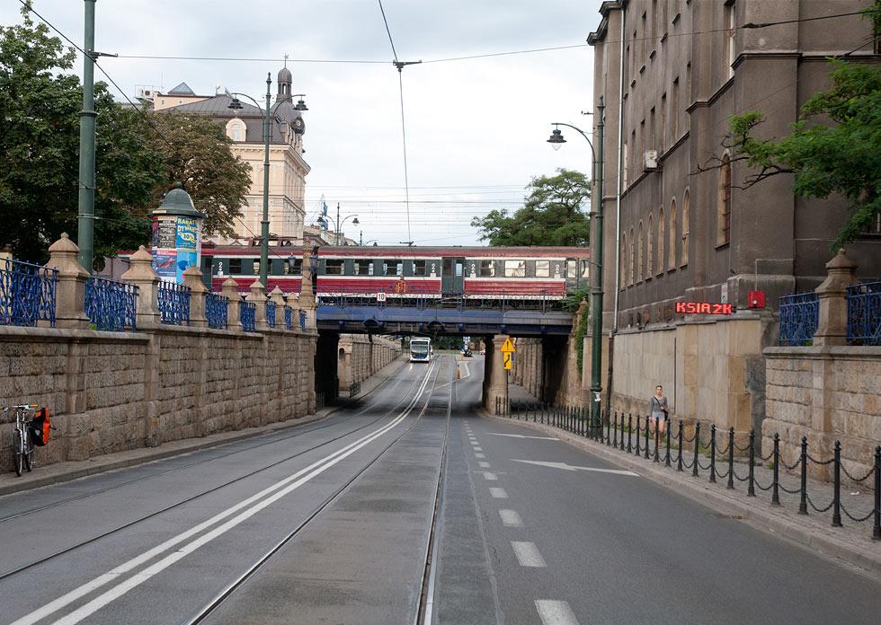 (#13) ul. Lubicz, widoczny most kolejowy