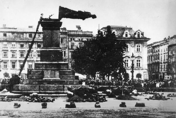Zniszczenie Pomnika Adama Mickiewicza przez hitlerowców dnia 17 sierpnia 1940 roku, Fot. Wikipedia