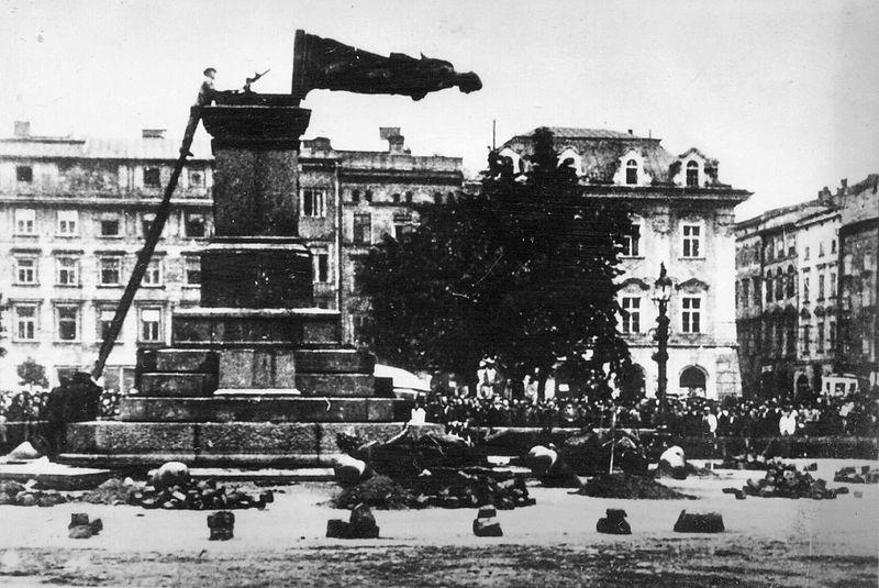 (#56) ul. Grodzka przystrojona flagami ze swastykami